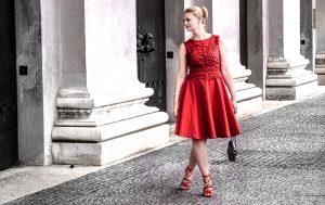 Der Abiball naht und die Suche nach dem perfekten Abiballkleid beginnt. Mit diesen Tipps findest du das perfekte Kleid für deinen Abiball +Orsay Gewinnspiel Egal ob lang oder kuru, mit Spitze oder Tüll, schlicht oder extravagant - dein perfektes Abiballkleid wartet auf dich. Fashion Blogger Outfit: kurzes Abiballkleid, A-Linie, rot mit Spitze, Hochsteckfrisur, Glltzerschmuck, rote Sandaletten