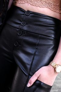 Bodyshaming -wenn Frauen sich für ihren Körper schämen und Mädchen ihren Körper hassen.Über Photoshop,Hip Dips,High Gaps und das absurde Social Media Schönheitsideal. Fashionblhgger Outfit: Lederhose, Spitzentop, Partners in Crime Bomberjacke, Nude High Heels