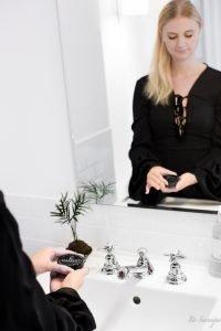 Beauty Hack der Stars: Schwarze Zahnpasta für weißere Zähne – die Charwhite Aktivkohlezahnpasta im Test. Wie es funktioniert und 5 Dinge die du vor der Anwendung wissen solltest.