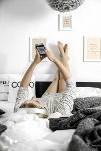 Es ist heiß, es ist stickig, es ist Sommer und die Schlafprobleme wachsen. Mit diesen 5 Tipps kannst du in heißen Sommernächten wieder entspannter und besser einschlafen. Von der richtigen Matratze, dem perfekten Kissen und der passenden Bettdecke, über Lüftung, Schlafkleidung und Erfrischung bis hin zu Ablenkung mit Hörbüchern.