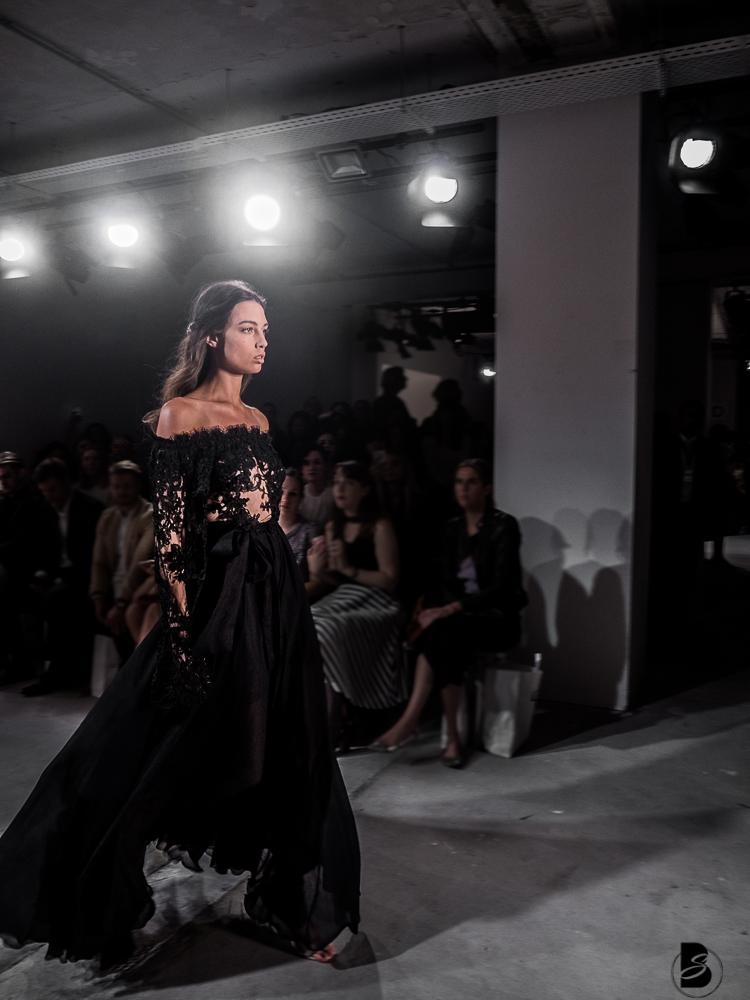 Ewa Herzog Fashion Show auf der Mercedesbenz Fashion Week 2017. Fashion Week Tickets und meine Erfahrungen zur den Modenschauen der Fashion Week. Welche Shows sollte man auf der Fashion Week sehen. Coole Fashion Week Sideevents. By Be Sassique Modeblog aus München #fashionweek #fashionweekberlin #mbfw #fashionweek 2017 #mbfwberlin2017 #mbfwb