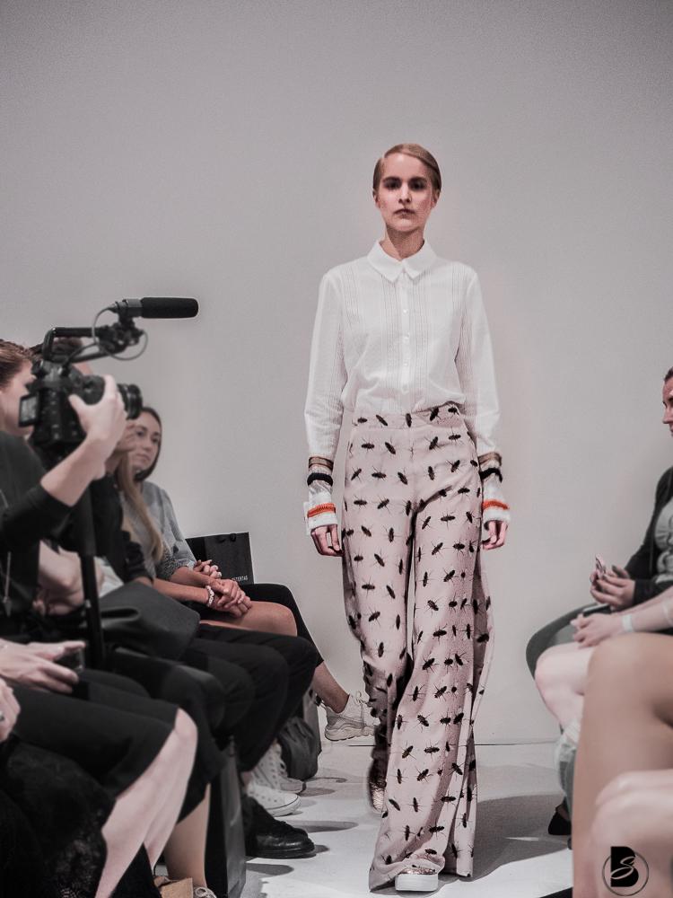 Marcel Ostertag Fashion Show auf der Mercedesbenz Fashion Week 2017. Fashion Week Tickets und meine Erfahrungen zur den Modenschauen der Fashion Week. Welche Shows sollte man auf der Fashion Week sehen. Coole Fashion Week Sideevents. By Be Sassique Modeblog aus München #fashionweek #fashionweekberlin #mbfw #fashionweek 2017 #mbfwberlin2017 #mbfwb