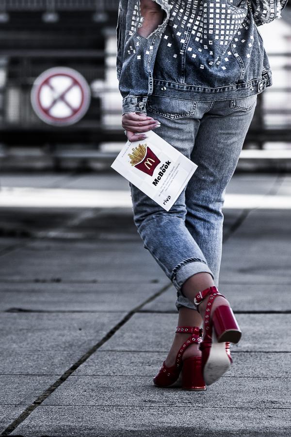 Bücher Review über Das McBook von Alexandra Reinwarth. Es gibt einen Einblick hinter den McDonalds Testen und das McDonalds Mysterium Blogger Streetstyle : McDonalds Kleidung Moschino Stil, 80er Jahre Streetstyle, Denim all over