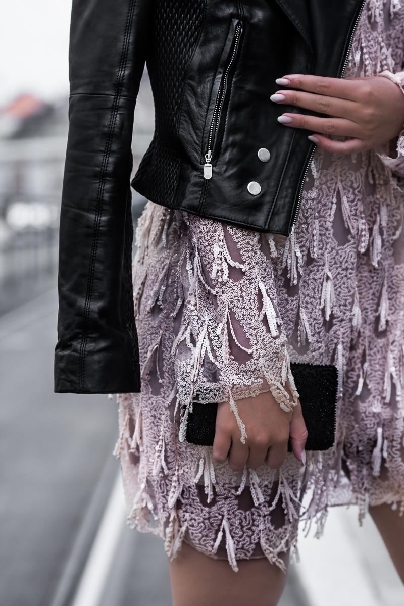 Wie viel Glitzer und Glamour steckt hinter Fashion Blogs? Heute decke ich die 3 größten Modeblog Mythen auf. Blogger Streetstyle: Pailetten Kleid, schwarze Lederjacke, schwarze Pumps, Clutch und Sonnenbrille #modeblog #fashionblogs #modeblogstreetstyles