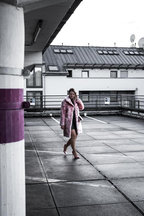 Stylisch und warm durch den Winter? Kein Problem mit diesen 7 Winterjacken Trends! Klicke hier für den Winterjacken Guide mit allen Trends und Stylingtipps. Von XL Daunenjacke, eleganten Wollmantel und coole Shearling Jacke über den klassischen Parka, den extravaganten Fake Für und den flauschigen Teddycoat bis hin zum sexy Leoprint. Blogger Streetstyle Modeblog München: Rosa Fake Für, schwarzes Lederkleid, Samt Handtasche, Samt Highheels.