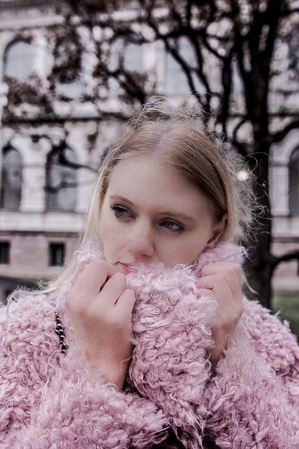 Perfect Date Outfit 5 Stylingtipps für dein perfektes Date Outfit im Winter. Mit diesen Date Look Tipps verdrehst du ihm den Kopf beim ersten Date oder am Valentinstag. #dateoutfitideas #datenight #valentinstag #ootd #streetstyle Blogger Streetstyle Date Outfit: Rosa Teddy Coat, Schwarze Vinyl Leggins, Pinko Designerhandtasche, Weiße Bllboxer Schuhe mit Nieten