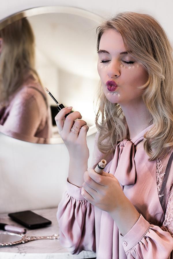 Make-Up Trends 2018 Von den Laufstegen der Fashion Week direkt zu dir nach Hause: Das sind meine Top 3 Make-Up Trends 2018. Neben knalligen Farben und buschigen Augenbrauen ist Natürlichkeit absolut im Kommen.