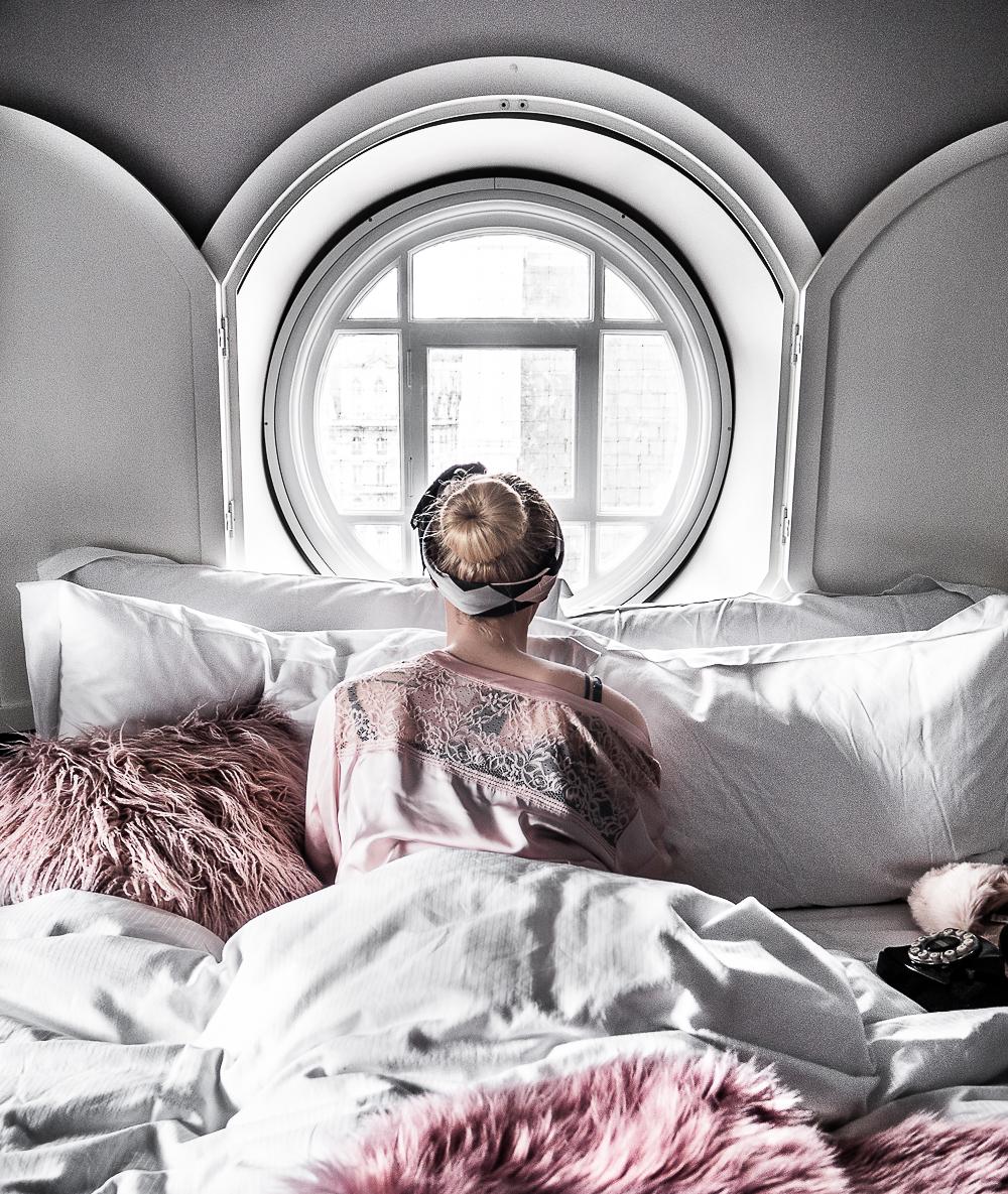 Ein persönlicher Reisebericht über meinen Besuch im Victory House London - einem kleinen Luxushotel von Sofitel MGallery im Herzen von London. Das Designhotel in London begeistert vor allem durch einen ausgefallenen Retro-Look. Mein absoluter Favorit: Die runden Fenster mit Blick auf das London Eye. Erfahrungsbericht by Reiseblogger Be Sassique