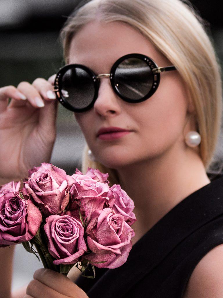 Das sind die Sonnenbrillen Trends 2018! Ich zeige dir die besten Modelle zum Nachshoppen passend zu deiner Gesichtsform. Welche Sonnenbrillen-Trends passen zu dir und von welchem Modell solltest du lieber die Finger lassen? Von Visor Sonnenbrillen über Cate-Eye Sonnenbrillen bis hin zum coolen Retrolook ist für jeden etwas dabei. Klick hier für mehr.
