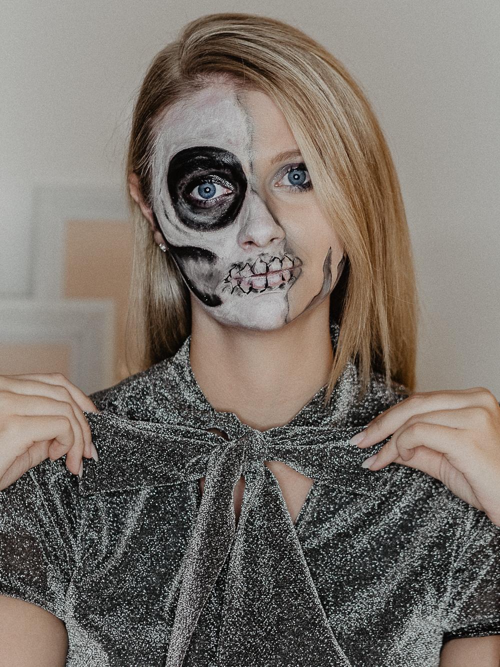 Einfaches Halloween Make Up Tutorial auf Deutsch für einen Half Skull nur mit Drogerieprodukten. Ihr braucht dafür also keine Halloween Schminke. Der Totenkopf hat eine Glamour Seite und eine Skull Seite. by Beautyblogger Be Sassique